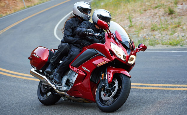 2014-Yamaha-FJR1300ES-Action-02