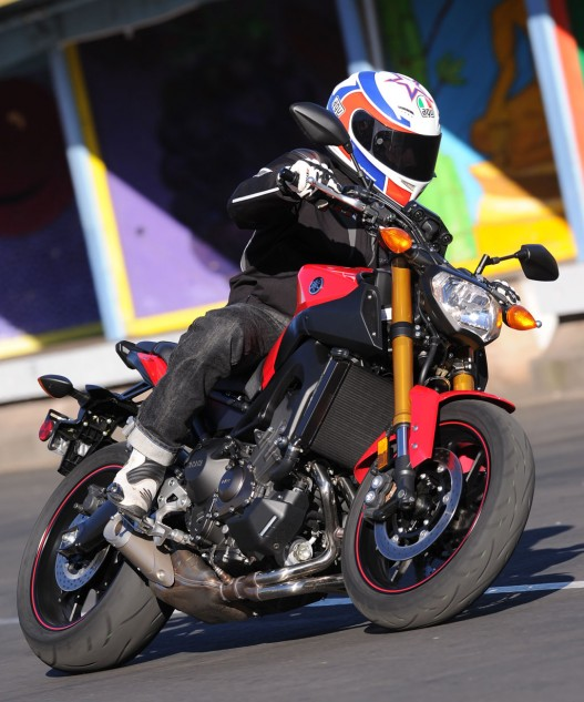 2014 Yamaha FZ-09 Action Cornering