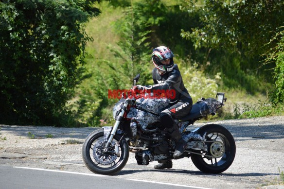 102913-2014-ducati-monster-1198-spy-photo-1