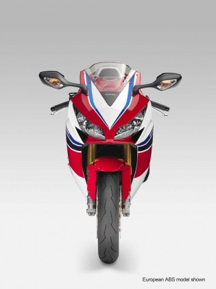 Both the standard model CBR1000RR and the SP benefit from a new bubble windscreen that enlarges the envelope of still air for the rider to tuck in to.
