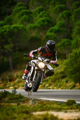 2014-MV-Agusta-Brutale-800-Dragster-Action-02