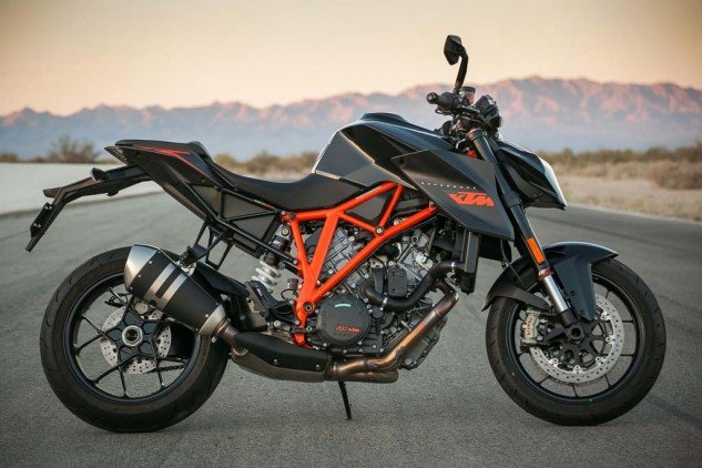 The Super Duke R is the bike Darth Vader would ride during a Halloween parade.