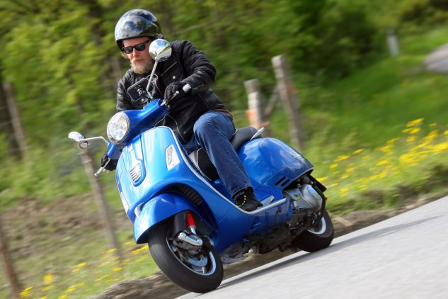 051414-2014-Vespa-GTS300-Super-ABS-Action-03