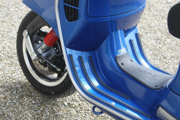 051414-2014-Vespa-GTS300-Super-ABS-Footwells
