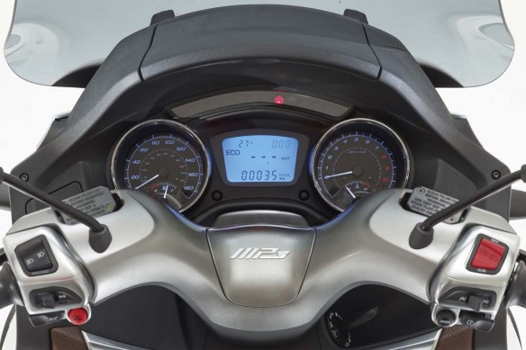 051614-2014-piaggio-MP3-Business-500-cockpit