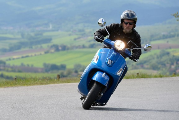 2014-Vespa-GTS300-Super-ABS-Action-01