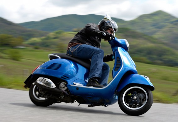 2014-Vespa-GTS300-Super-ABS-Action-02