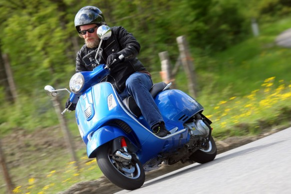 2014-Vespa-GTS300-Super-ABS-Action-03