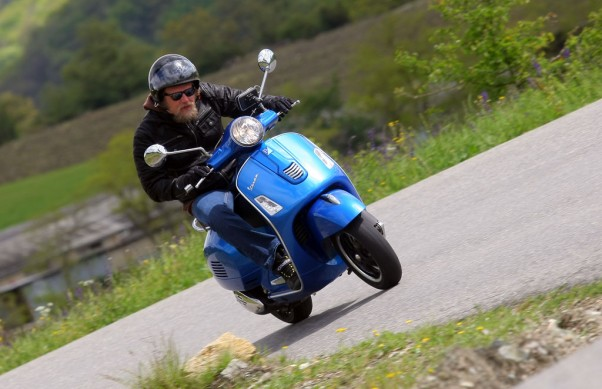 2014-Vespa-GTS300-Super-ABS-Action-04