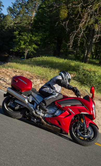 Yamaha FJR1300ES leaned over in a turn