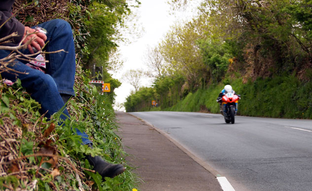 060414-isle-of-man-spectating-hedge-f