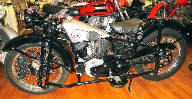 The OEC (Osborn Engineering Company) of 1931 featured a 750cc JAP V-Twin and duplex steering. (Note front fork)
