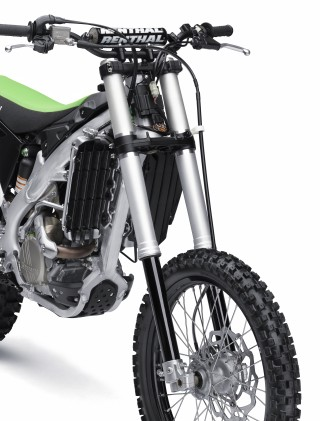The KX250F retains the Showa SFF fork for 2015. The fork's 48mm legs separately house the coil spring (right tube) and damping cartridge (left tube) for easier and more precise tuning.
