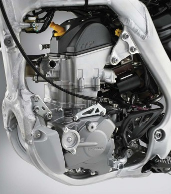 080714-honda-2015_CRF250R_engine_left