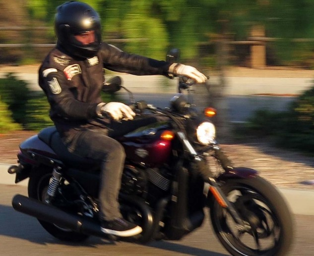 080814-2015-harley-davidson-street-750-extended-blurry-action