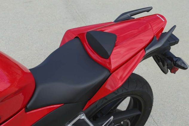 A narrow seat/tank juncture and slim side panels make flat-footing the CBR300R incredibly easy, even for shorter riders.