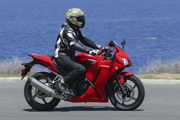 Riders are greeted to a slight forward lean on the 300R, and riders under six-feet tall should be relatively comfortable with footpeg placement as well.