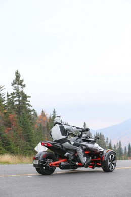 100214-2015-can-am-spyder-f3-BJN44940
