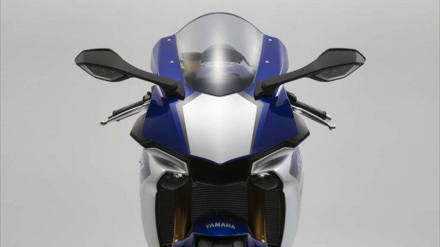 The M1-inspired fairing on the new R1 is equipped with LED position lights and two small-diameter LED headlights positioned on either side of the central air intake