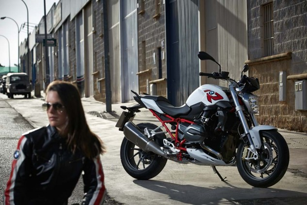 Know the non-ESA R1200R by its silver-colored fork legs and rear-shock preload knob. Supermodel probably not included.