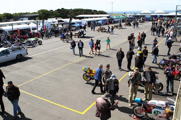 Spectators could walk freely in the pit area, meeting the stars and checking out the bikes. It was a great atmosphere.