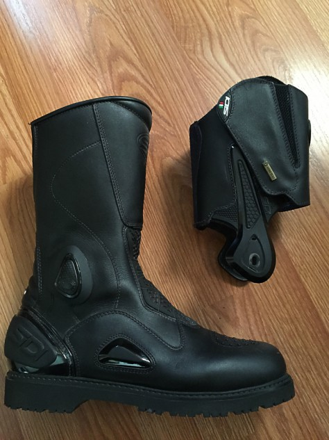 The wrap-around upper with ankle braces provide a measure of extra support and protection when riding in Adventure-Touring mode. Removing the support decreases lateral support, while increasing flexibility. Weight is reduced from 2.7 pounds per boot with support to 2.2 pounds per boot without.