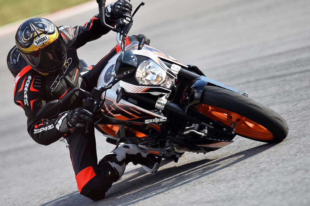 2015 ktm 390 duke first ride review video. Black Bedroom Furniture Sets. Home Design Ideas