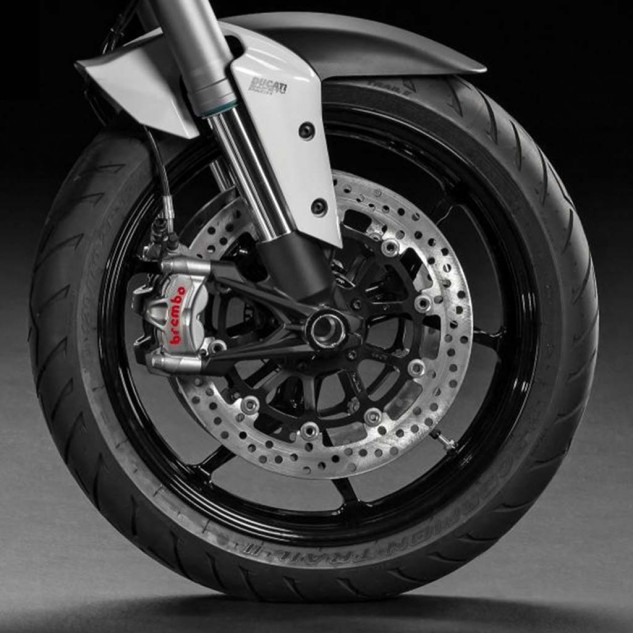 S and base versions both have plenty of strong brakes, but the S gets even bigger ones lifted from the Superbike racing department: 330mm discs clamped by Brembo Monobloc M50 calipers and a 16mm master cylinder.