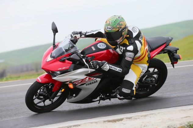 Despite what you see above, knee-dragging lean angles are entirely possible with the stock R3.