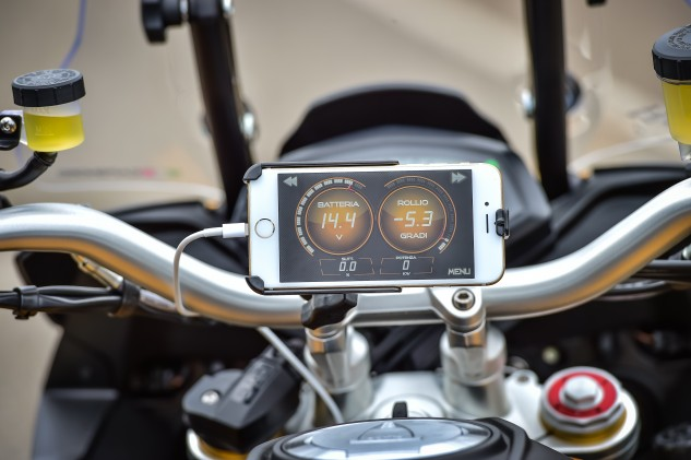 With the Aprilia Multimedia Platform, you can convert your smartphone into a supplementary gauge display. A nice feature for the tech-savvy.