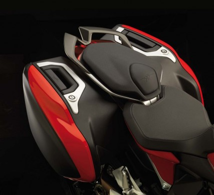 043015-2015-mv-agusta-turismo-veloce-800-tail-with-bags