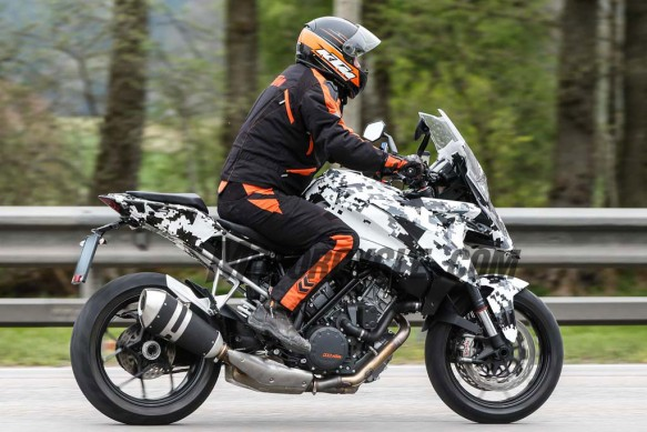 051515-2016-ktm-1290-super-duke-gt-spided-07