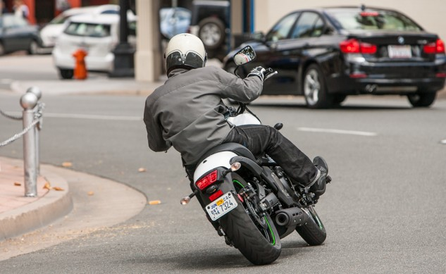 052215-Mid-Sized Cruisers-kawasaki-vulcan-s-action-8786