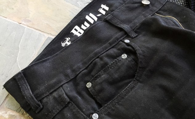 With the familiar five-pocket design, the Bull-It SR6 jeans look just like regular street clothes.