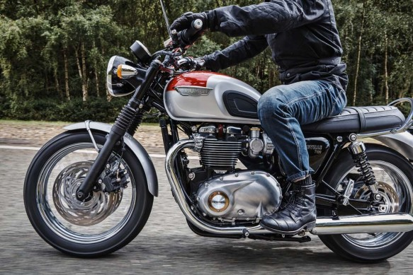 102715-2016-triumph-Bonneville_T120_Riding_Shot005_A3_RGB
