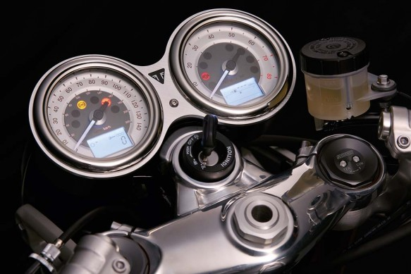 102715-2016-triumph-Thruxton_R_Detail_Clocks