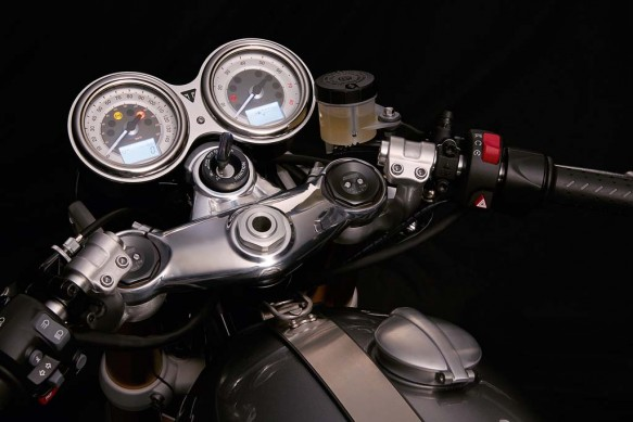 102715-2016-triumph-Thruxton_R_Detail_Handlebars_Clocks