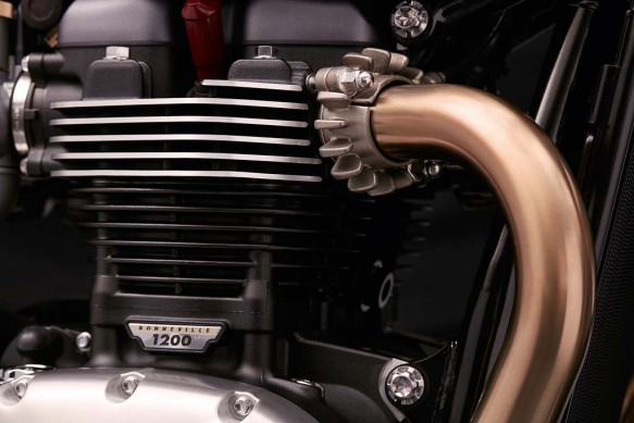 102715-2016-triumph-Thruxton_R_Detail_Header_Pipe_Exhaust_Clamp