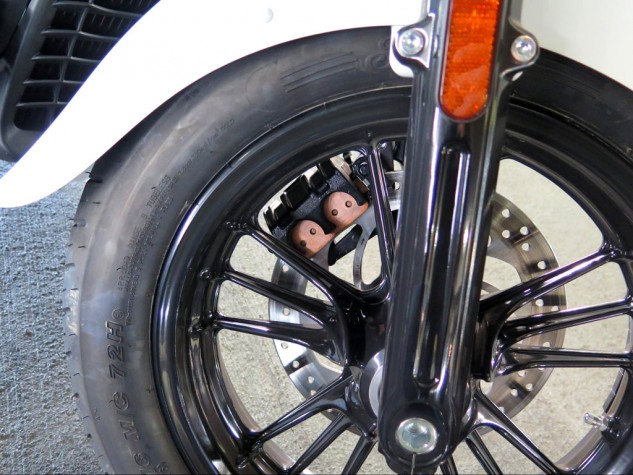 You don't really need monobloc Brembo calipers if you get the hydraulics right. The Scout stops hard with a pair of 298mm discs and only three pistons between both calipers. Know the Sixty by its black wheels...