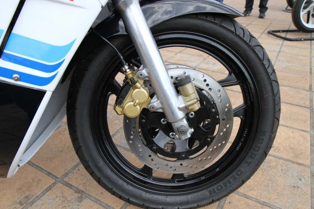 Tokico four-piston calipers, 41mm thin walled forks with anti-dive and 300mm rotors kept the weight down and the stopping power strong.