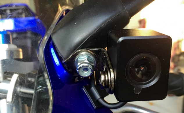 In this location, the Innovv camera tucks discretely up next to the mirror stalk. The stick-on cable holder keeps the wired tucked close to the fairing.