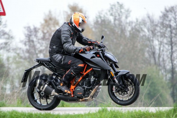 051716-spy-photos-KTM-1290-Super-Duke-Update-05