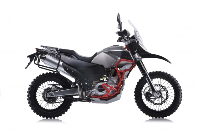 The SWM range is topped by the Super Dual 650, which looks to be a fairly serious adventure bike. Its curb weight is said to be a very reasonable 351 pounds with its 5.0-gallon fuel tank empty.