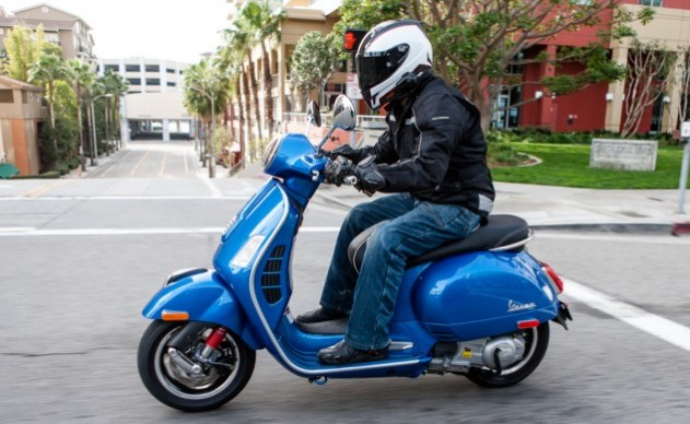 021315-300Scooters-Vespa-GTS300-action-2504-633×389