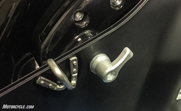 The lever on the right gives positive feedback through detents that are felt during the final turns of tightening the saddlebag in place.