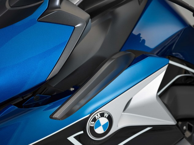 The adjustable slipstream deflectors fine-tune the airflow to the rider's preferences.