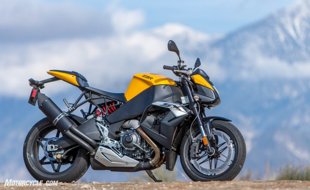 Not sure how many times you've seen an EBR 1190SX, but there's no arguing the bike marches to the beat of its own drum. For the uninitiated, there's fuel in the frame, oil in the swingarm, and one large brake disc affixed to the front rim.