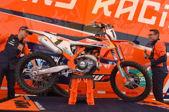 120517-2018-KTM-450-SX-F-Factory-Edition-B-12-04-2017