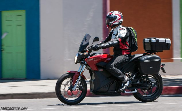 051718-electric-motorcycles-buyers-guide-2015-zero-sr-action-9403