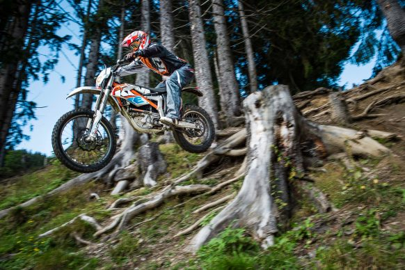 051718-electric-motorcycles-buyers-guide-2017-ktm-freeride-e-xc-electric-08
